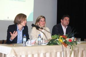 Diretora Regional da Educação, Fabíola Cardoso, à esquerda e Pilar Damião, Diretora Regional da Juventude, ao centro